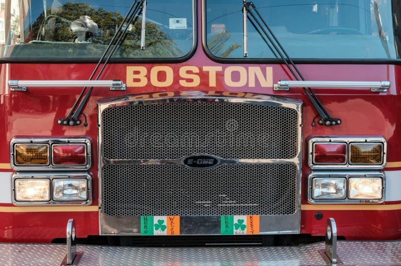 波士顿消防队引擎在市中心的出席一个电话 免版税库存图片
