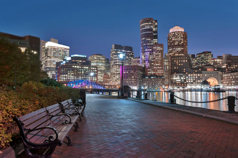 波士顿港口和财政区在晚上 图库摄影