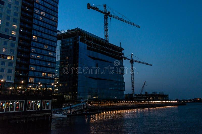 波士顿马萨诸塞,美国06 09 2017年城市摩天大楼、海关和波士顿江边夜长的曝光的 库存图片