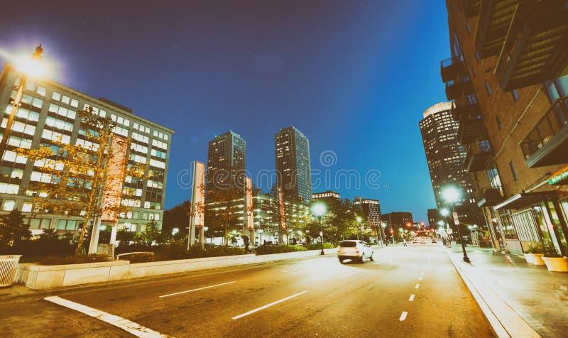 波士顿,麻省- 2015年10月17日:城市街道在晚上 波士顿是 免版税库存图片