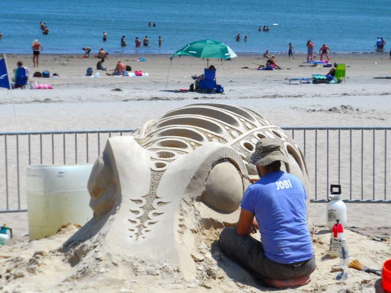 波士顿, MA/USA 7月19日2013尊敬雕刻海滩全国的沙子 免版税库存照片