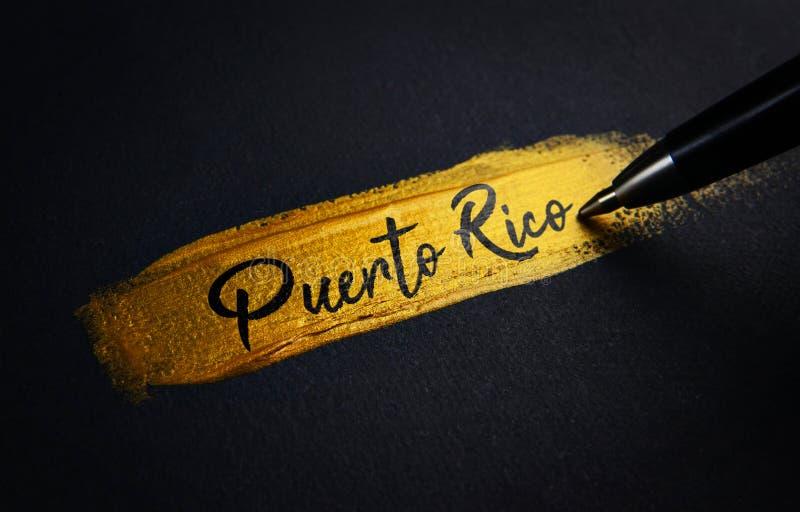 波多黎各在金黄画笔冲程的手写文本 免版税库存图片