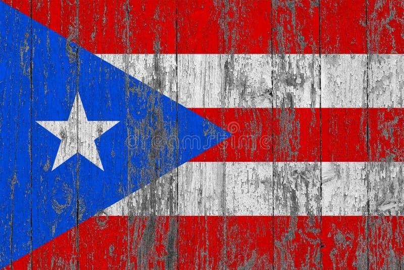 波多黎各的旗子在破旧的木纹理背景绘了 免版税库存图片