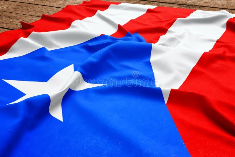 波多黎各的旗子木书桌背景的 丝绸旗子顶视图 图库摄影