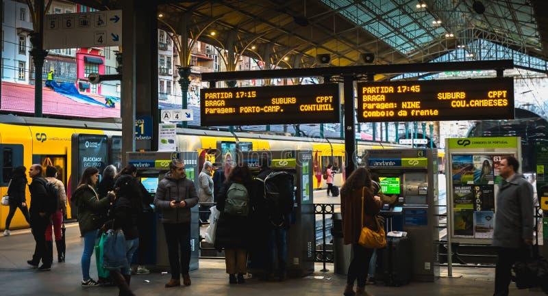 波尔图人们在船坞走的火车站内部  免版税库存图片