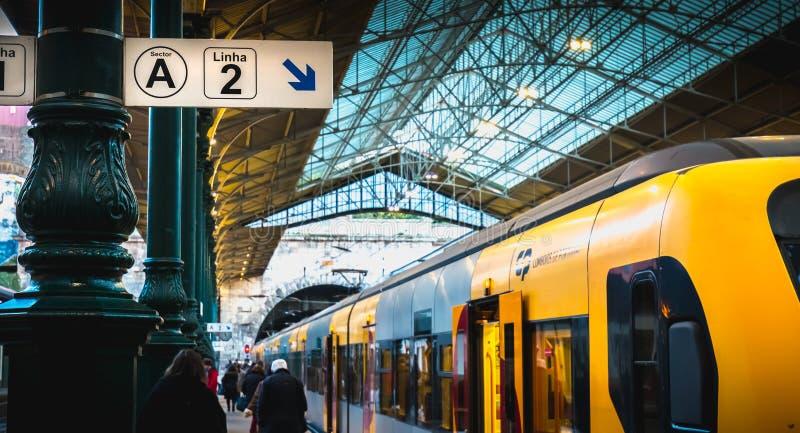 波尔图人们在船坞走的火车站内部  免版税库存照片