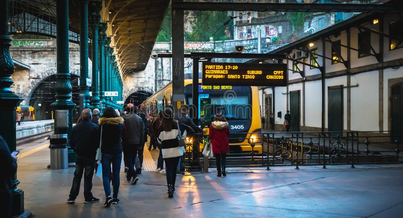 波尔图人们在船坞走的火车站内部  免版税图库摄影