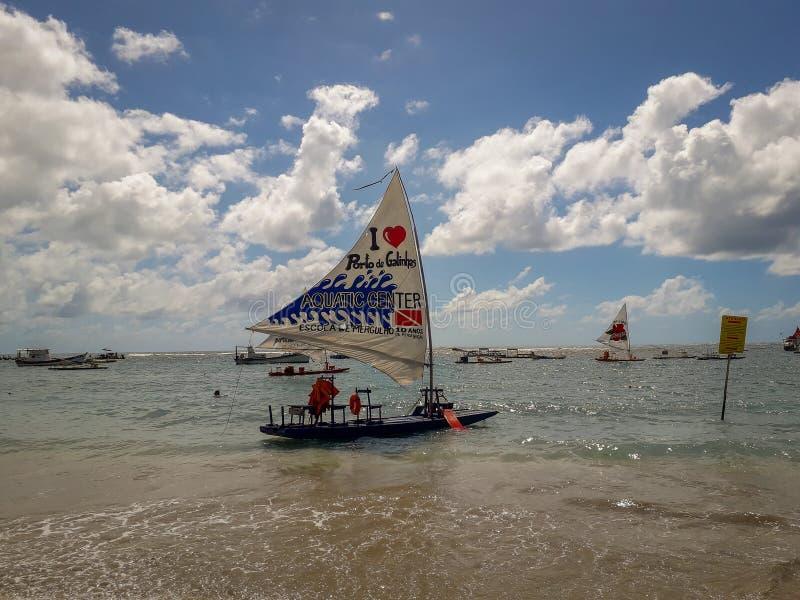 波尔图加利尼亚斯岛,伯南布哥,巴西,2019年3月16日-享用海滩的人们 免版税库存照片