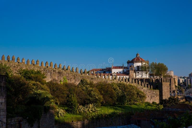波尔图的费尔南丁墙和塞拉皮拉尔修道院位于葡萄牙的Vila Nova de Gaia 库存照片