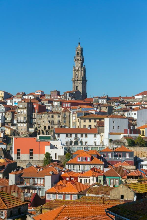 波尔图老镇的天视图由Torre dos Clerigos塔控制了 免版税库存照片