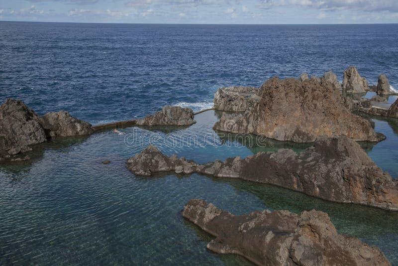 波尔图莫尼兹,马德拉,葡萄牙-自然游泳场;晴朗的冬日 免版税图库摄影