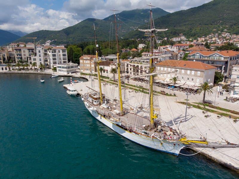 波尔图黑山鸟瞰图  游艇在海港蒂瓦特城市 科托尔海湾,亚得里亚海 r 库存图片