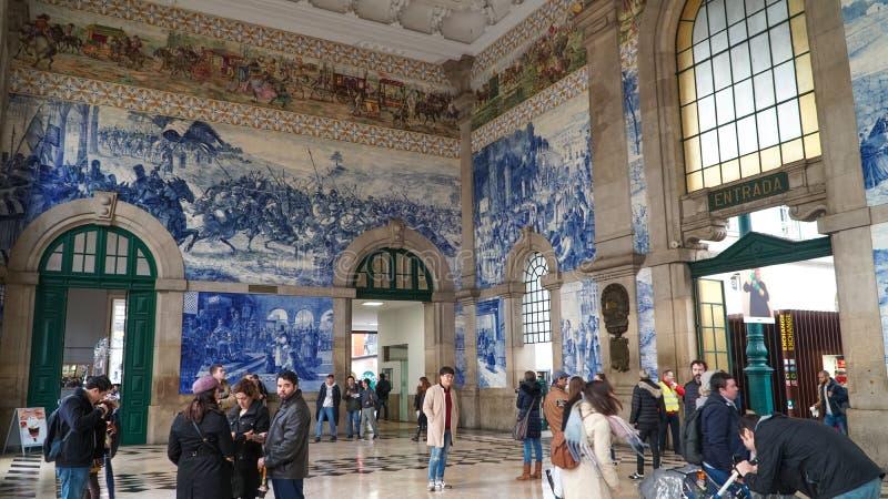 波尔图,葡萄牙,大约2018年:传统葡萄牙语描述在波尔图火车Sta里面的被绘的瓦片azulejos葡萄牙历史 库存图片