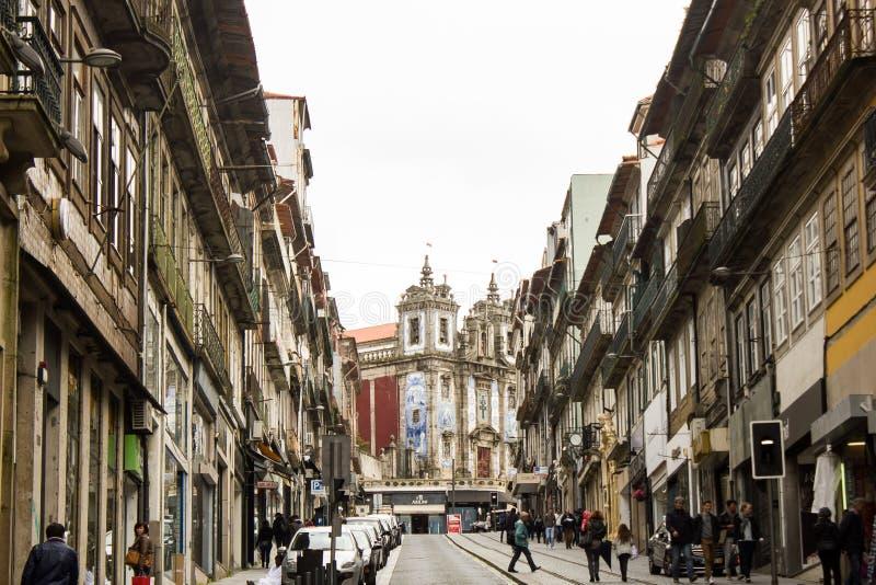 波尔图,葡萄牙:有Santo伊尔德方索教会的马德拉岛街道底部的 图库摄影