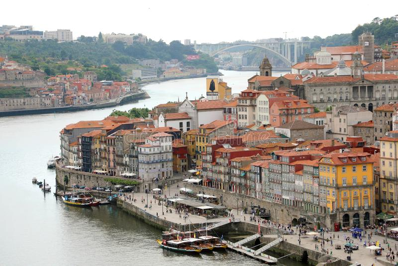 波尔图,葡萄牙- 2018年6月21日:与杜罗河河的波尔图鸟瞰图 库存照片