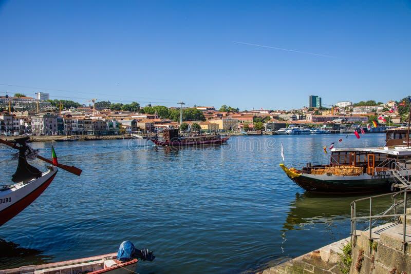 波尔图,葡萄牙- 2019年5月28日:在杜罗河河的小船在波尔图市,葡萄牙 免版税库存图片