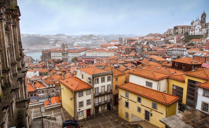 波尔图,葡萄牙- 2013年9月25日:波尔图都市风景在有雾的天 顶视图 葡萄牙 免版税图库摄影