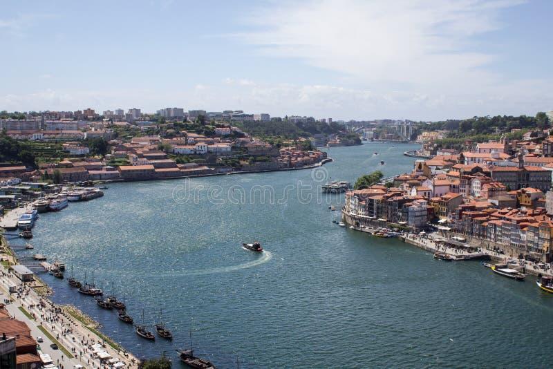波尔图03 06 2019? 在杜罗河河的葡萄牙老镇都市风景有传统Rabelo小船的 免版税图库摄影
