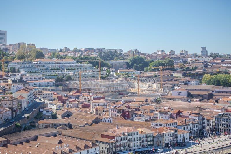 波尔图/葡萄牙- 10/02/2018:在杜罗河河岸的鸟瞰图盖亚市、仓库和地窖的波尔图酒的  库存图片