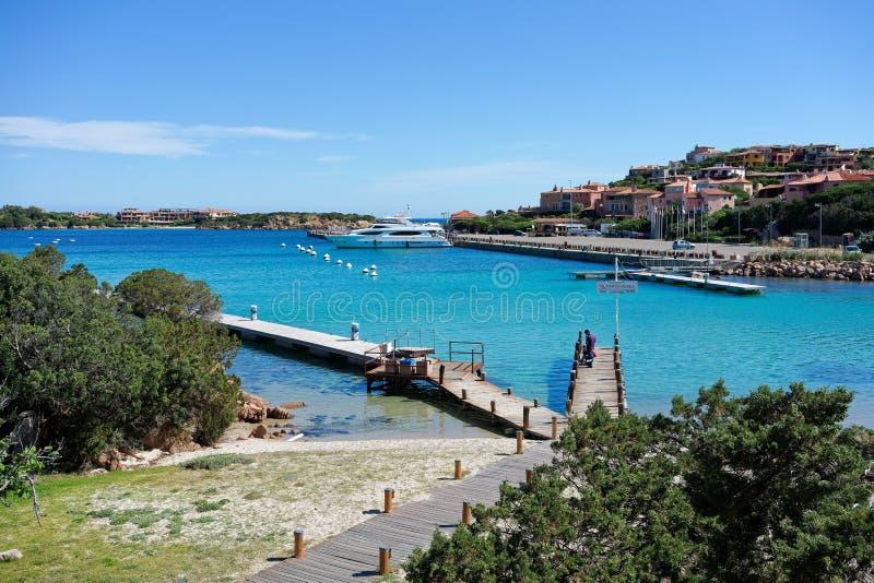 波尔图CERVO, SARDINIA/ITALY - 5月19日:跳船和港口口岸的 库存照片