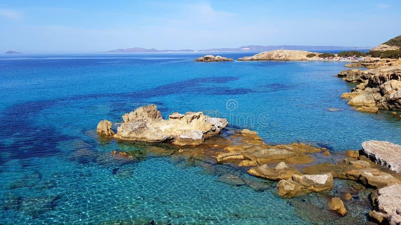 波尔图Pinetto海景 绿松石水晶水在撒丁岛,意大利 免版税图库摄影