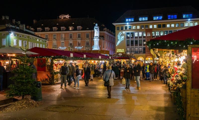 波尔查诺圣诞节市场在晚上 特伦托自治省女低音阿迪杰,意大利 库存照片
