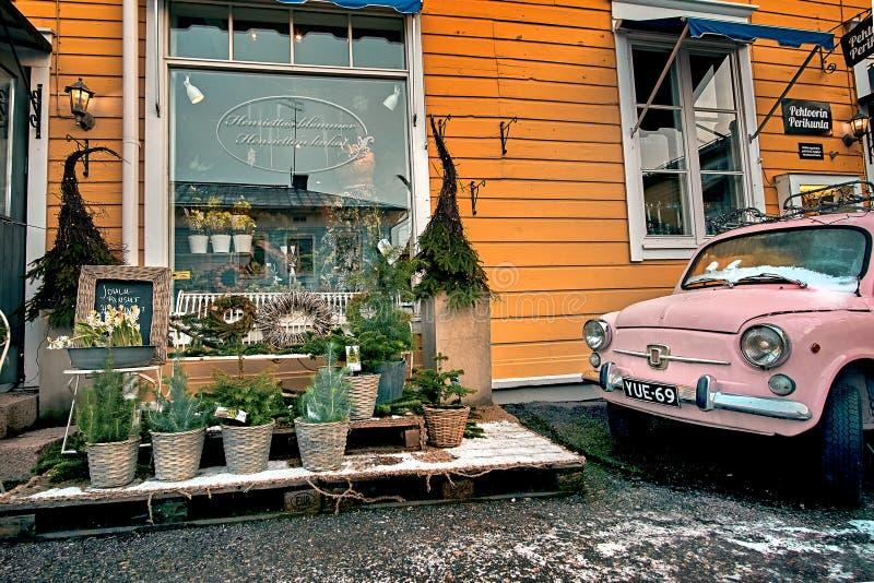 波尔沃,芬兰- 2018年12月25日:与圣诞装饰和精密街道灯笼的老镇街道礼品店 库存图片