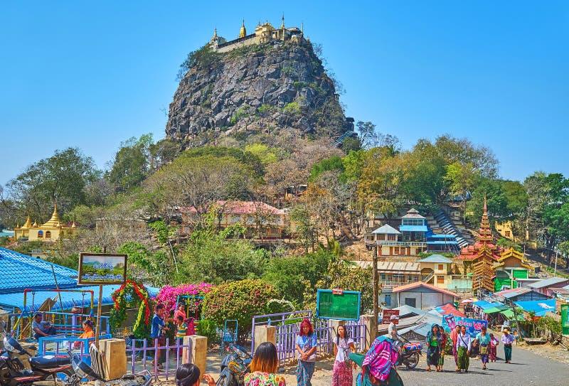 波帕岛塔翁Kalat修道院的,缅甸香客 库存照片