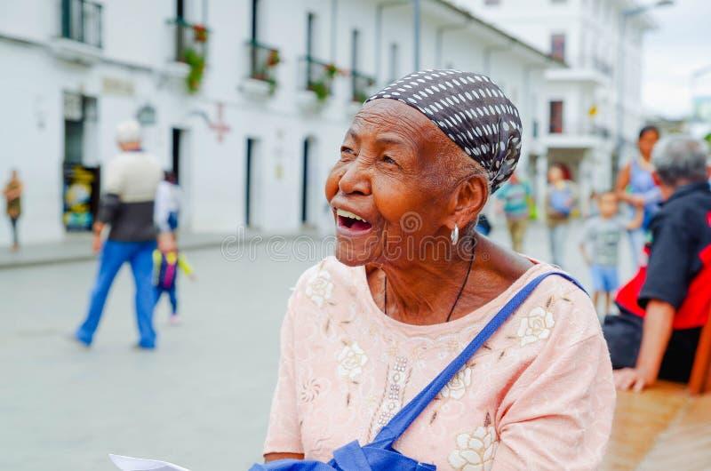 波帕扬,哥伦比亚- 2018年2月06日:微笑和看某处,在的华美的哥伦比亚的黑人妇女画象  免版税库存图片
