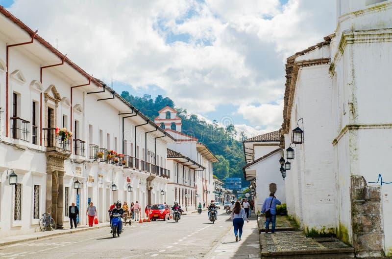 波帕扬,哥伦比亚- 2018年2月06日:走在波帕扬镇的街道的室外观点的未认出的人民  免版税库存照片