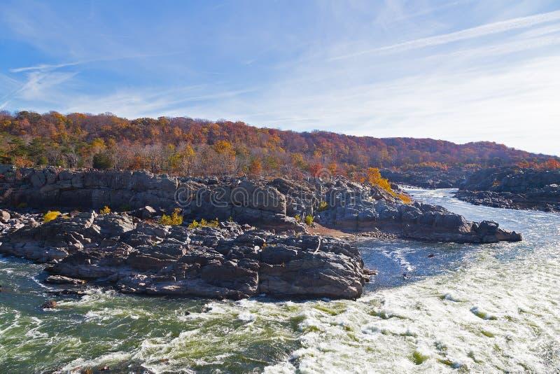 波托马克河急流在伟大的秋天国家公园在秋天,弗吉尼亚,美国 免版税库存图片