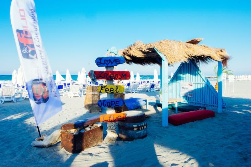 波摩莱,布尔加斯,保加利亚06日2019年 地道海滩酒吧,在黑海的咖啡馆海鸥,第一条线的 ? 免版税库存照片