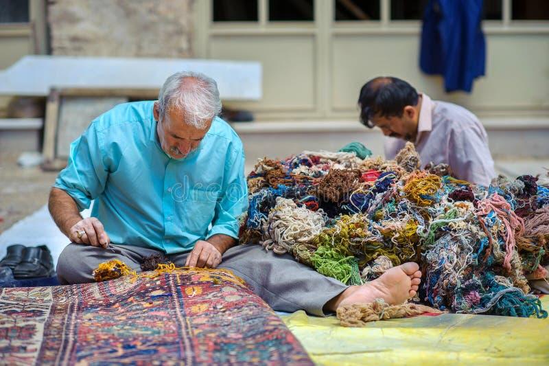 波斯地毯的大师 图库摄影
