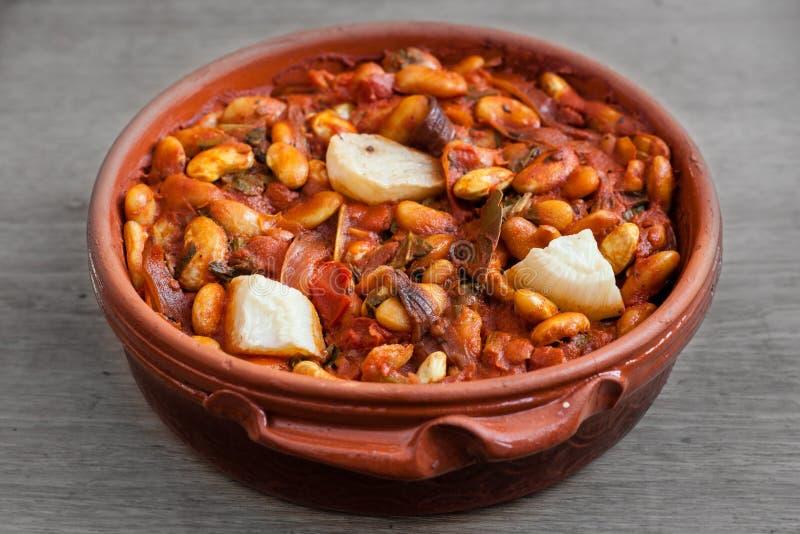 波斯尼亚食品:特托瓦茨烤豆,洋葱特写烤盘 库存图片