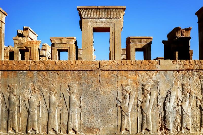 波斯波利斯是古老血红素王国的资本 伊朗的视域 古老波斯 在墙壁上雕刻的浅浮雕老 图库摄影
