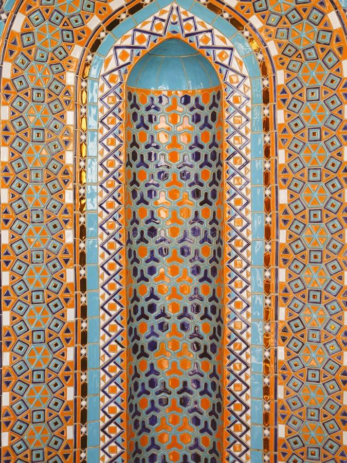 波斯湾的马赛克 阿曼,马斯喀特 苏丹卡布斯盛大清真寺 桔子、绿松石和蓝色专属高质量zelij  免版税库存照片