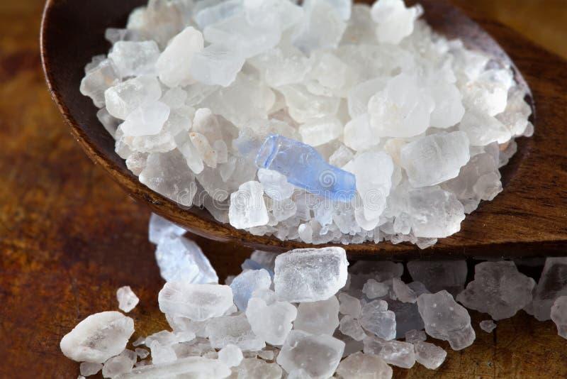 波斯蓝色盐水晶宏观视图 从Semnan伊朗的矿物盐氯化钠 木有机食品的调味品 免版税库存图片