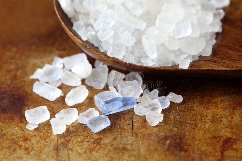 波斯蓝色盐水晶宏观视图 从Semnan伊朗的矿物盐氯化钠 木有机食品的调味品 图库摄影