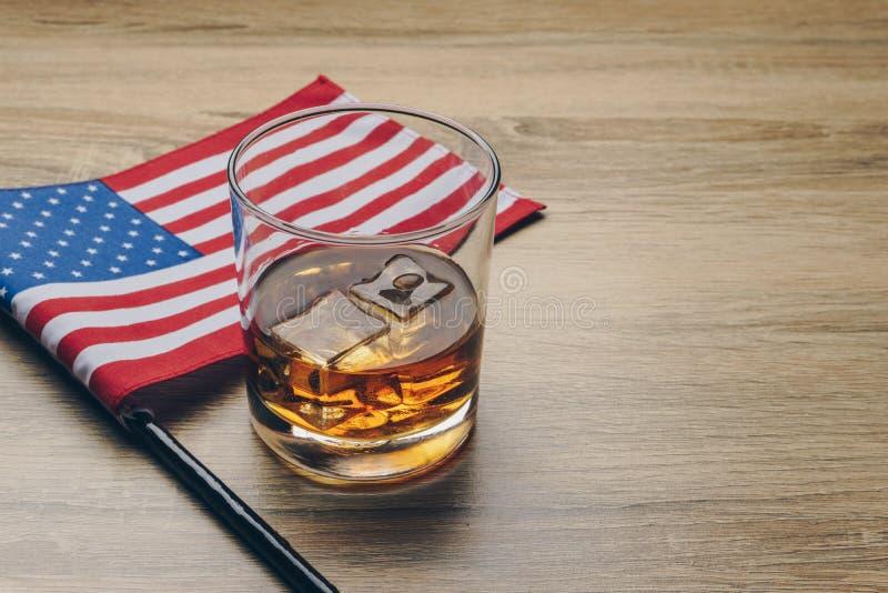 波旁威士忌酒和旗子 库存照片