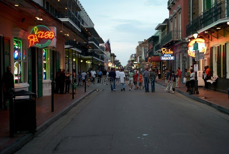 波旁酒街道在新奥尔良,路易斯安那,在晚上 免版税库存照片