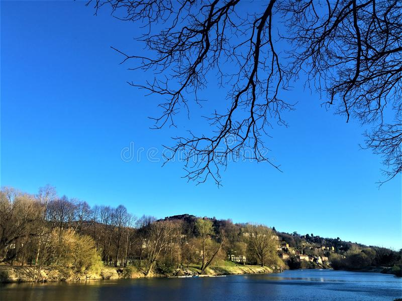 波河、天空和自然在都灵市,意大利 和平和秀丽 库存图片