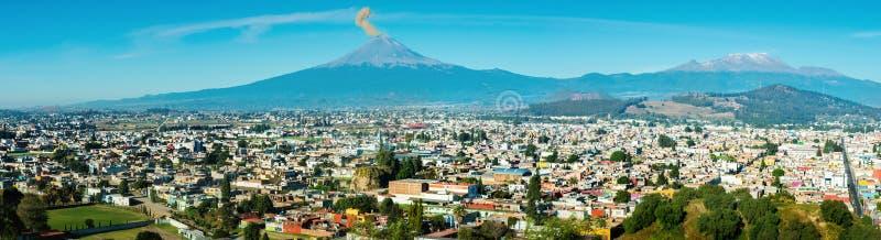 波波卡特佩特火山的爆发在普埃布拉,墨西哥镇的, 图库摄影