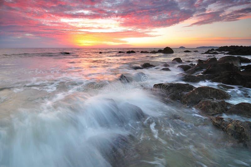 波浪和五颜六色的日落 免版税库存图片