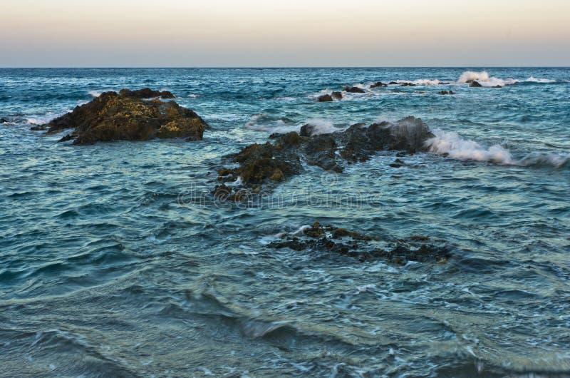 波浪和危险海晃动在日落, Sithonia南海岸  库存照片