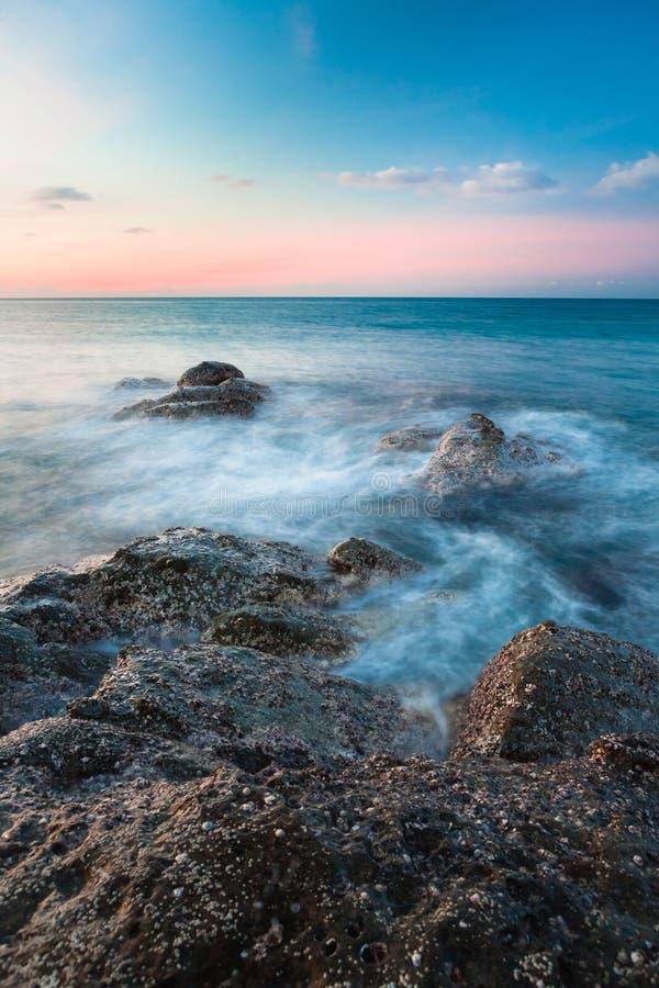 波浪和岩石支持长的曝光 免版税库存图片