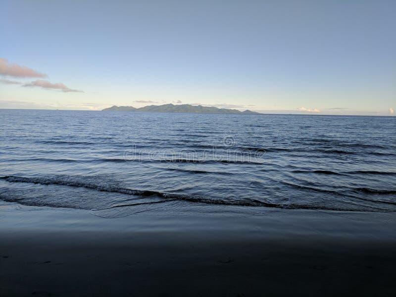 波浪和海滩,贝卡岛海岛,和平的港口,斐济岛 免版税图库摄影