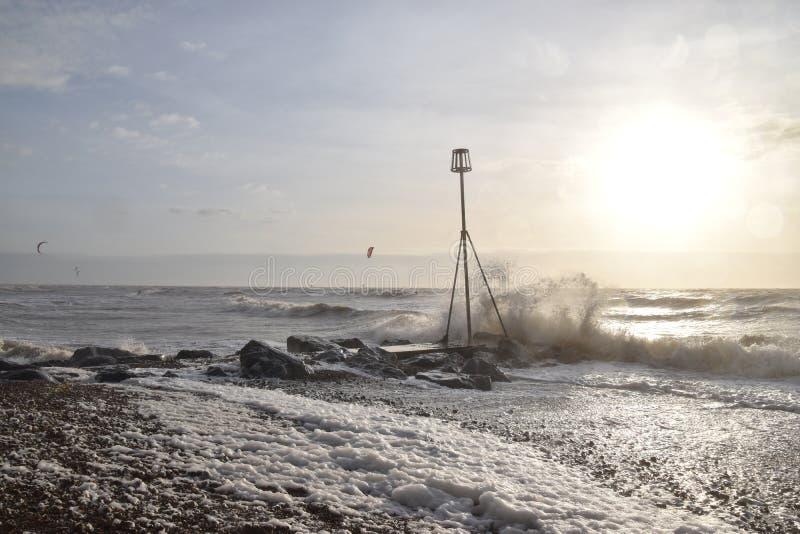波浪和风筝冲浪者日出的 库存图片