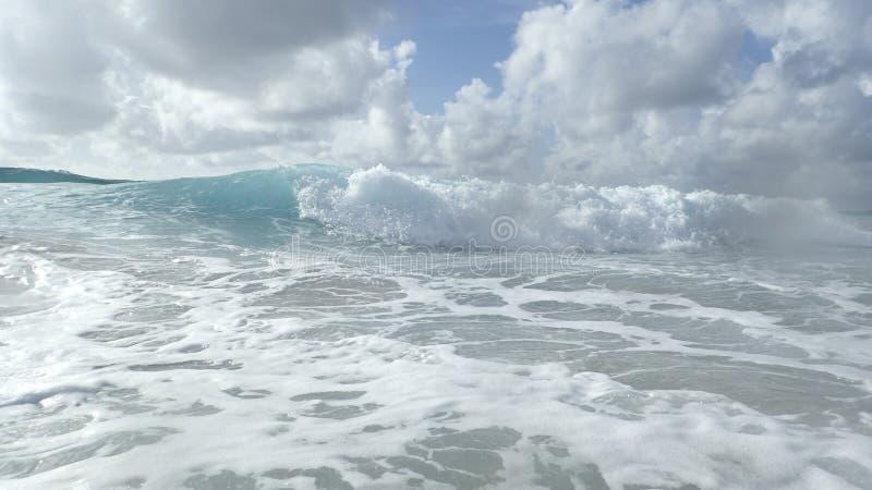 波浪在大西洋海岸的佛罗里达在一个风雨如磐的早晨 库存照片