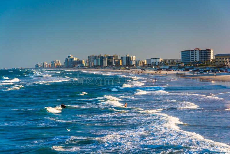 波浪在大西洋和从码头的海滩看法  免版税图库摄影