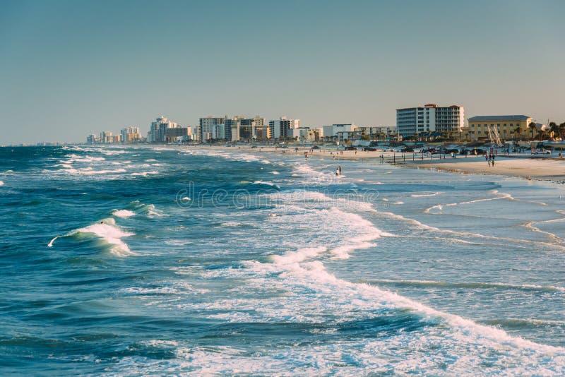 波浪在大西洋和从码头的海滩看法  库存照片